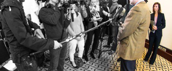 Pressekonferenz. Lorenz Schmid und Journalisten. Foto: Hufner
