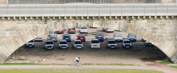 Auto, Brücke, Radler. Foto: Hufner