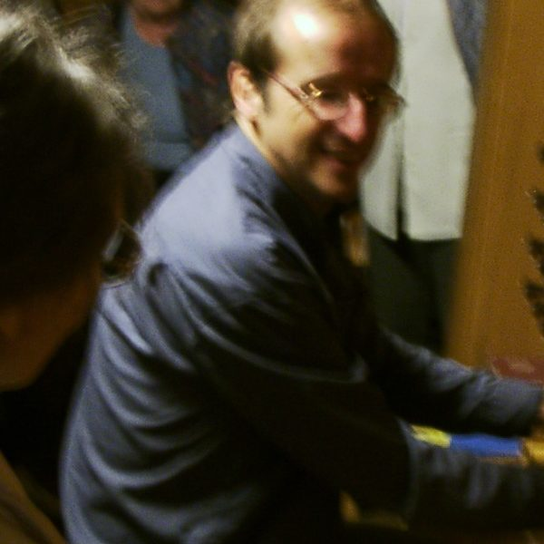 Rudolf Kelber führt ein paar Register der Orgel St. Jacobi in Hamburg